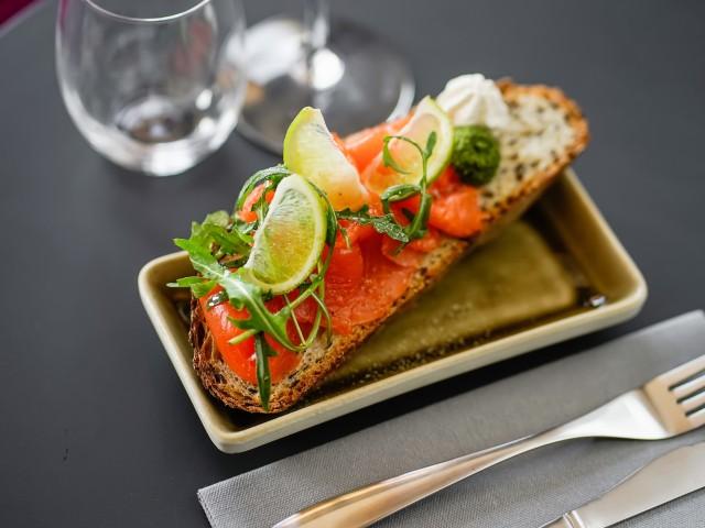 Côté Zinc •Tartine de saumon gravelax, caviar d'aubergine et pesto de roquette